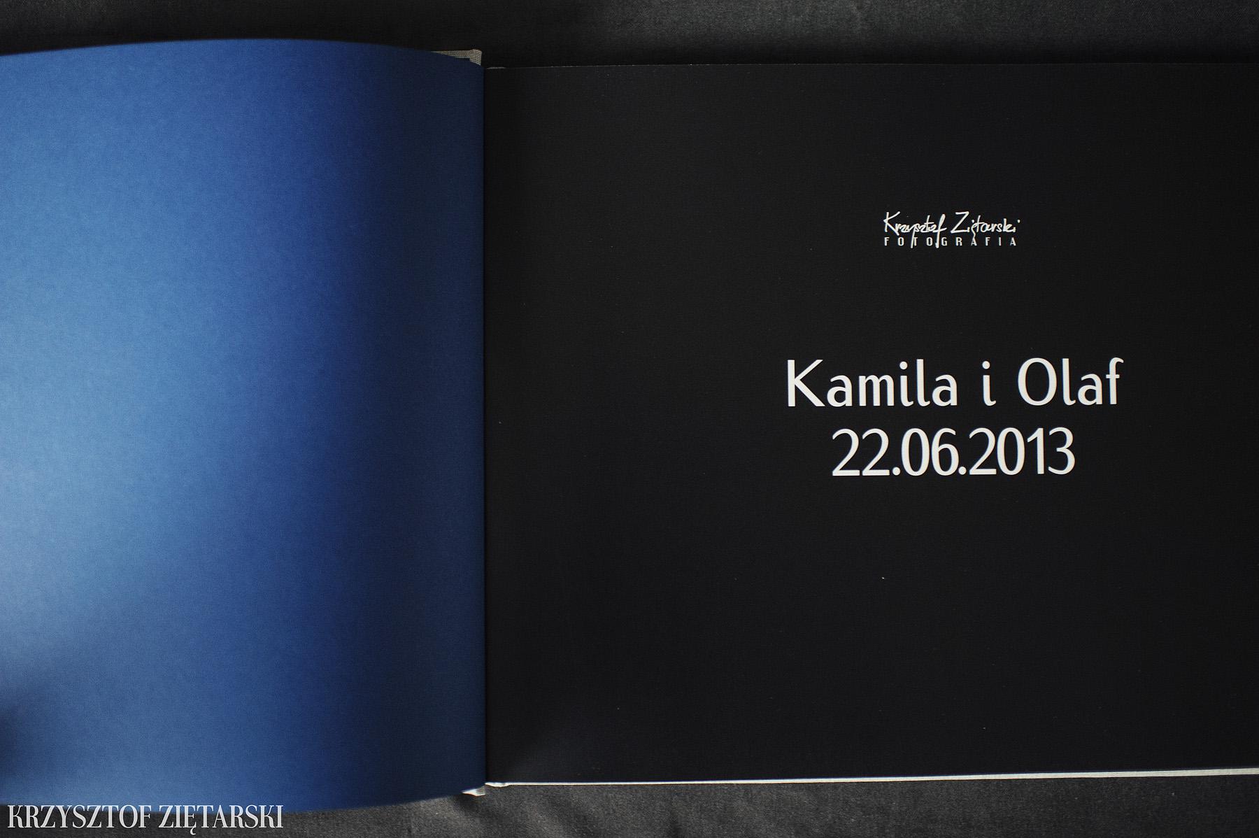 KrukBook 40x30cm, 140 stron na papierze powlekanym 200g/m2, płótno niepowlekane C12, wyklejka granatowa/niebieska 011 i czarna paskowa obwoluta