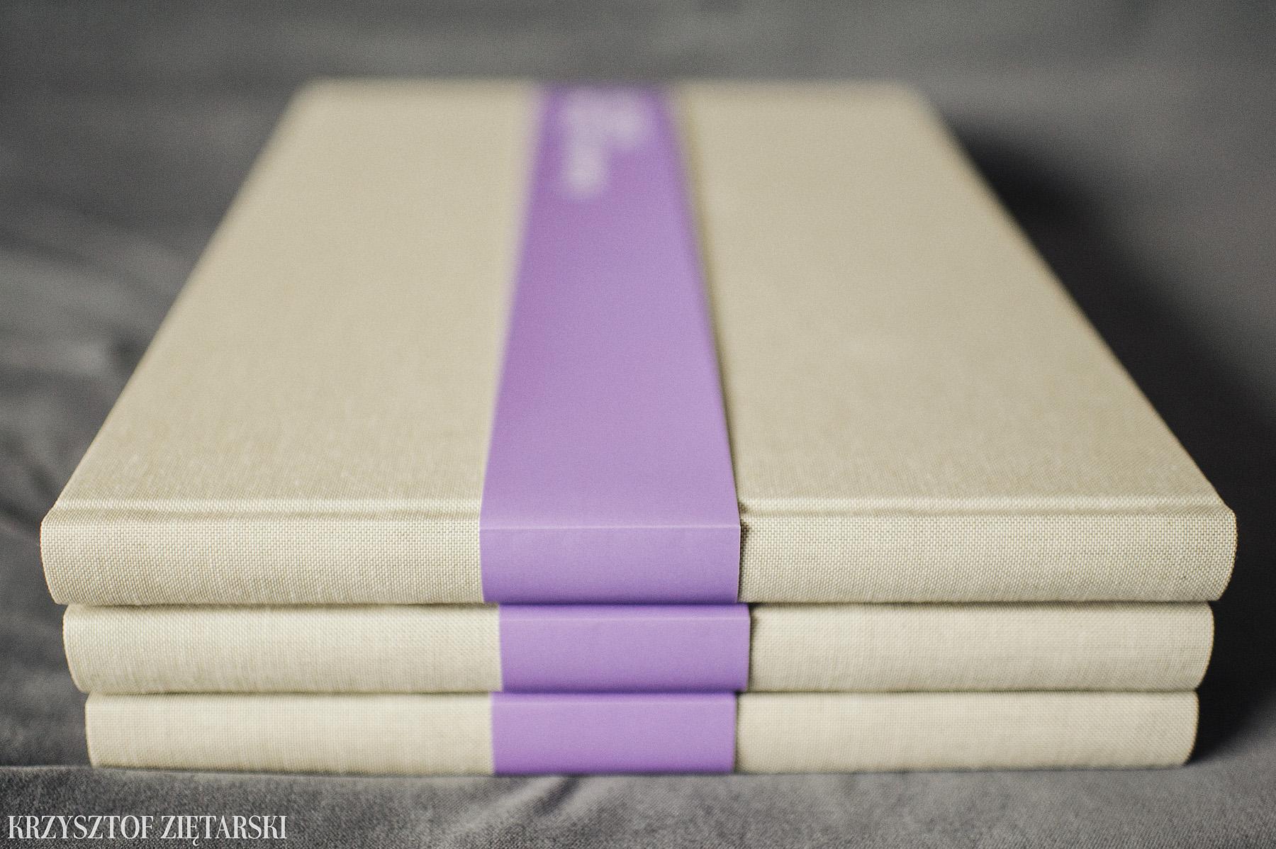 3 szt. albumów FlatBook 40x30cm ( format już niedostępny ), 224 strony na papierze niepowlekanym 150g/m2 neutralnym ( dostępny też odcień kremowy ), płótno lniane surowe C11, wyklejka w kolorze papieru, zadrukowana motywem lawendowym i lawendowa paskowa obwoluta. Do albumu dostępne jest pudełko z dowolną wyklejką.