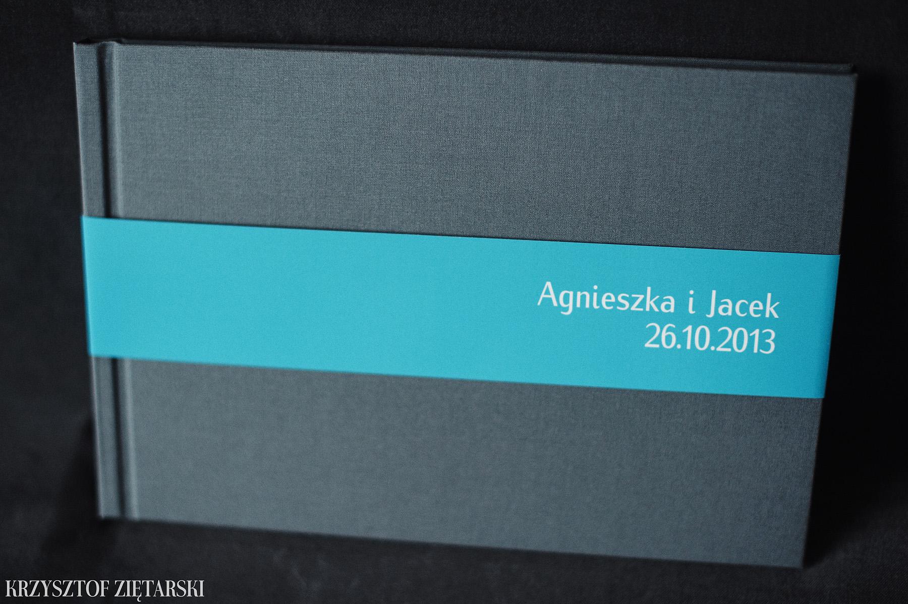 KrukBook 30x20cm, 120 stron na papierze powlekanym 170g/m2, płótno szare, niepowlekane C24, wyklejka w kolorze turkusowym 031, i turkusowa paskowa obwoluta.