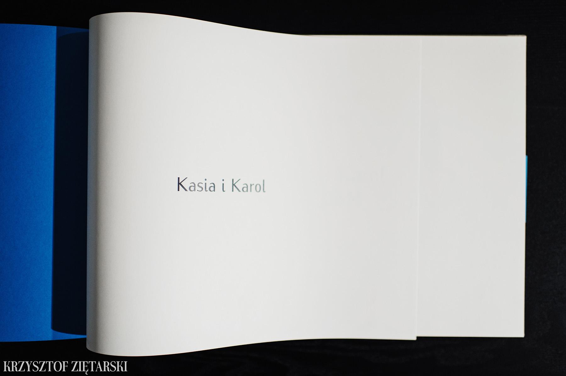 FlatBook 40x30cm ( format już niedostępny ), 160 stron na papierze niepowlekanym 150g/m2 w neutralnym wariancie ( dostępny jest też lekko kremowy ), płótno lniane surowe C11, wyklejka w kolorze turkusowym 031, i turkusowa paskowa obwoluta.