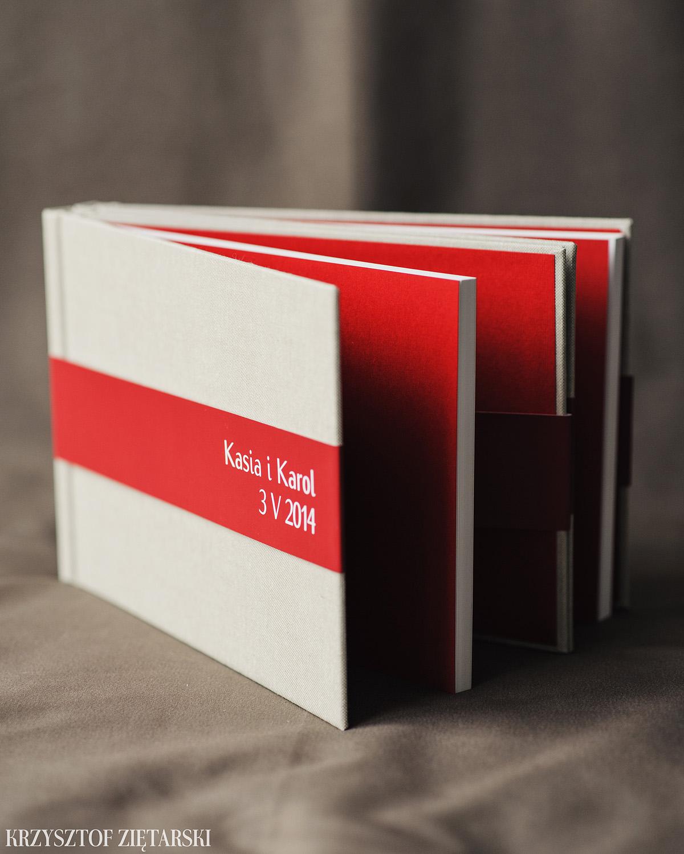 2szt. KrukBooków 30x20cm, 120 stron na papierze niepowlekanym 150g/m2 w neutralnym wariancie ( dostępny jest też lekko kremowy ), płótno lniane surowe C11, wyklejka prążkowana w czerwonym kolorze 005, i czerwona paskowa obwoluta.
